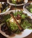 parfum de sauge en émulsion sur un lit de salade. Flûte au beurre, fleur de sel et pavot. Croustillant de bacon.
